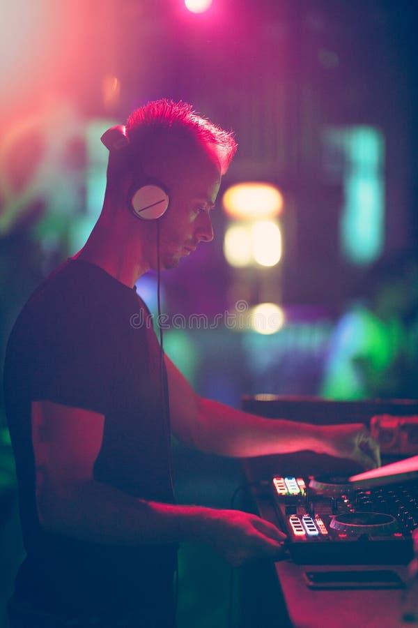 Matraquez, la disco musique jouante et de mélange de DJ pour la foule des personnes heureuses La vie nocturne, lumières de concer photo libre de droits