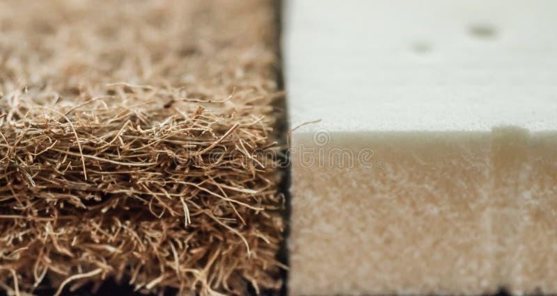 Matratze mit Coir Kokosnusscoir und Naturpara-Latex Kokosraspeloberteil für die Produktion von Matratzen stockbilder