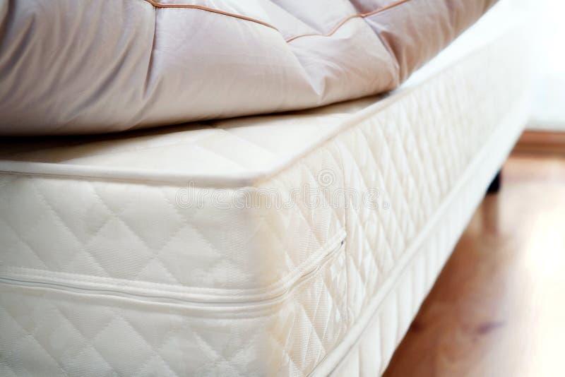Matratze und Kissen stockfotos