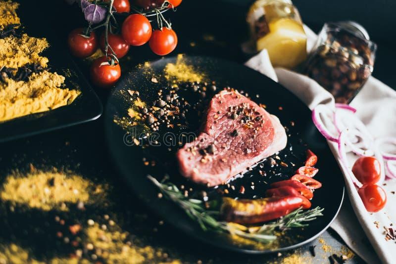 Matrecept för kött Mellanmål och grönsaker som garnering Tomater, oliv, peppar på den vita servetten och spridda kryddor arkivbild