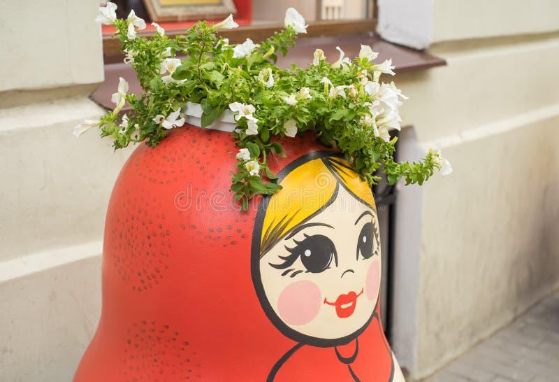Matreshka de madeira tradicional da boneca do russo decorado com flores pintadas e os testes padrões que estão na rua de St Peter imagens de stock royalty free
