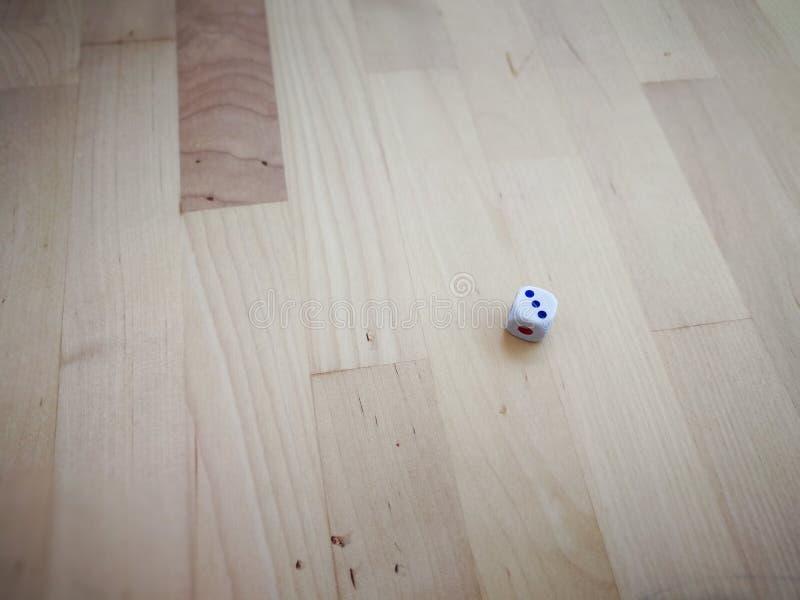 Matrices blanches sur le fond en bois photos stock