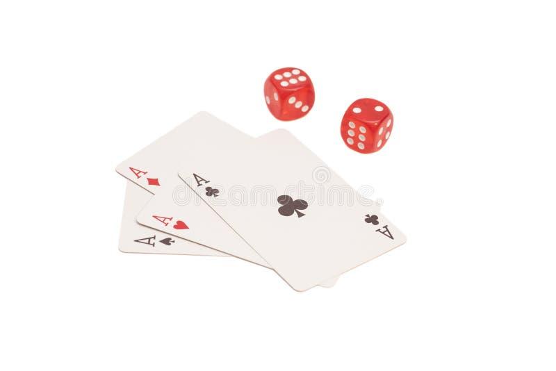 Matrices rouges de casino et quatre as jouant des cartes images stock