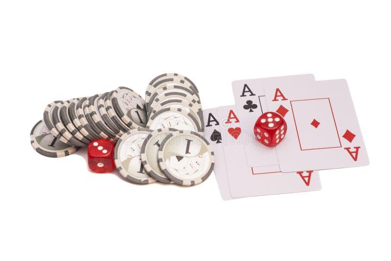 Matrices rouges de casino, quatre as jouant des cartes et des puces de casino photographie stock