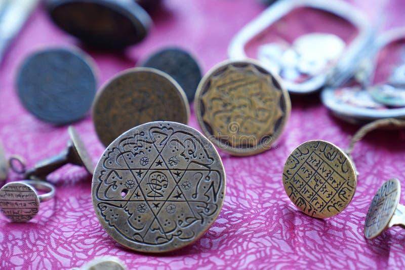 Matrici turche dell'ottomano con le lettere arabe nel mercato delle pulci fotografie stock libere da diritti