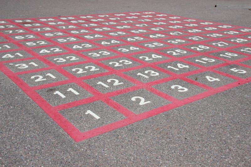 Matrijs op asfalt met witte aantallen en rode lijnen stock afbeelding