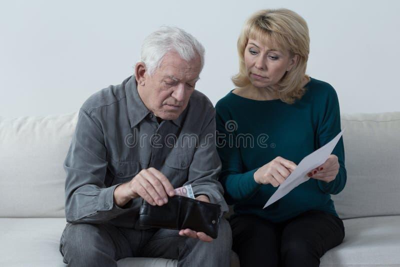 Matrimonio anziano ed i loro problemi finanziari immagini stock libere da diritti