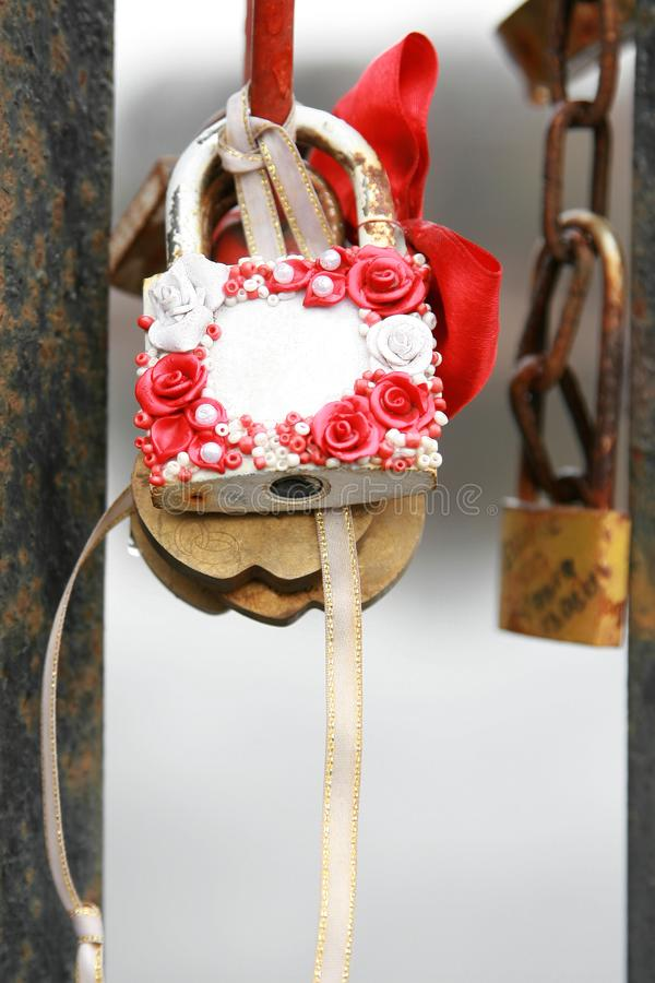 Matrimonio blanco con la rosa y el primer de la cinta sin firmar imágenes de archivo libres de regalías
