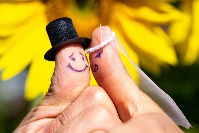 Matrimonio con due dita come coppie di nozze immagine stock