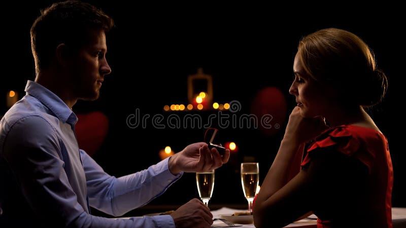 Matrimonio proponente masculino su novia durante la tarde romántica en restaurante imágenes de archivo libres de regalías