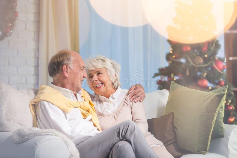 Matrimonio senior che si siede sul sofà fotografie stock libere da diritti
