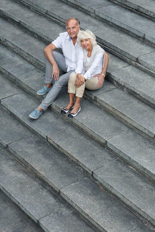 Matrimonio sulle scale immagini stock