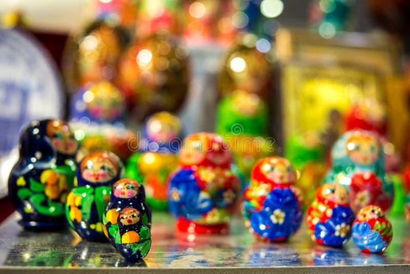 matrioskas colorati al negozio russo fotografia stock libera da diritti