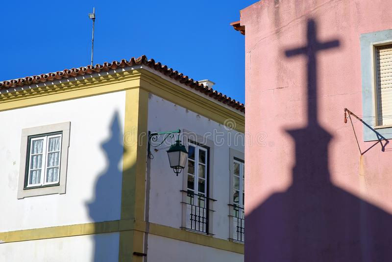 Matriz教会诺萨Senhora在五颜六色的门面的das Dores的阴影在蒙西克里面,阿尔加威老镇  图库摄影