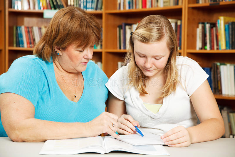 A matriz ajuda adolescente com trabalhos de casa foto de stock