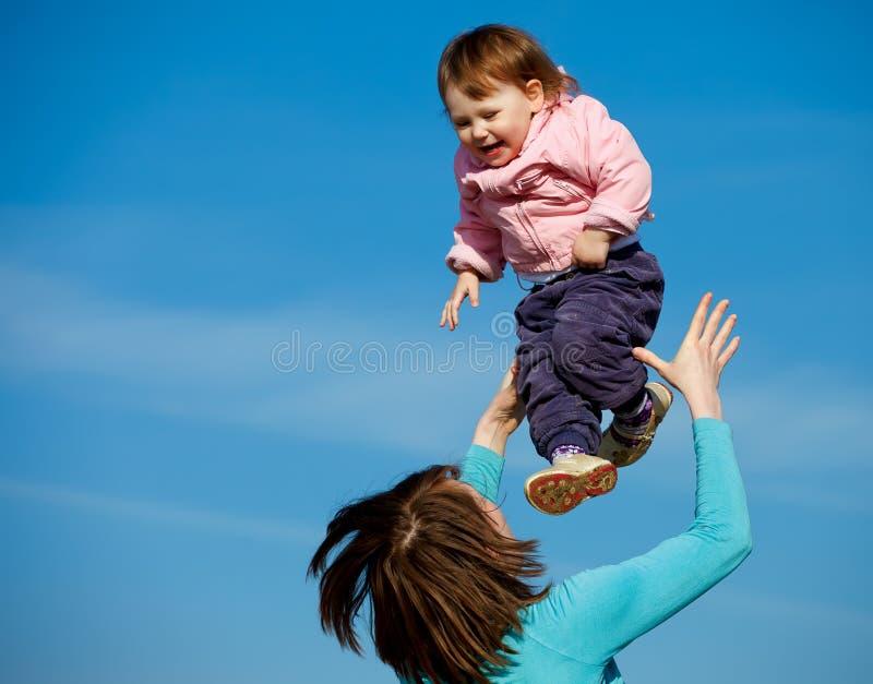 Matriz alegre e bebé curly fotos de stock