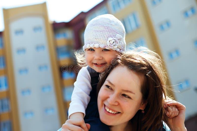Matriz alegre e bebé curly fotografia de stock
