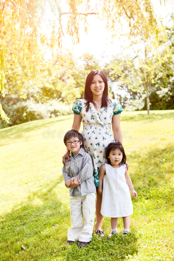 Matriz asiática grávida e seus miúdos imagem de stock royalty free