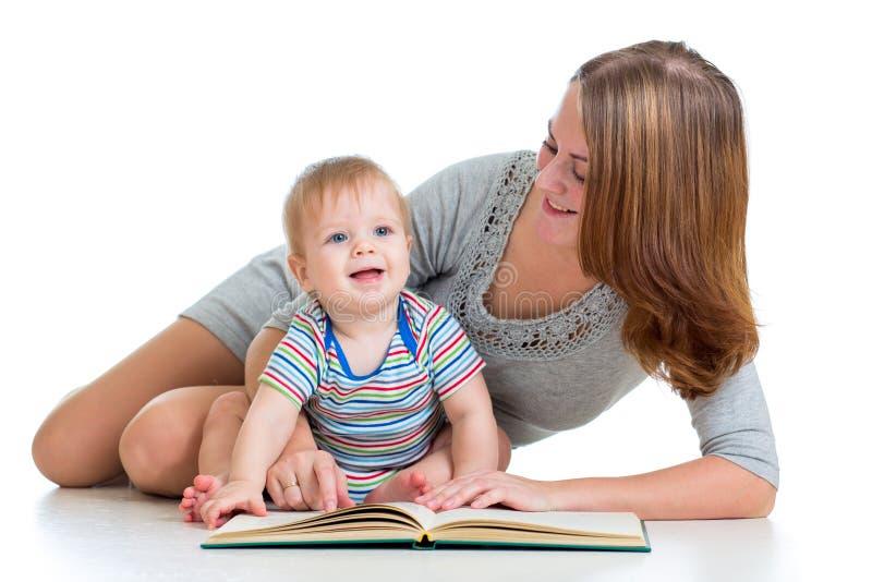 Matriz bonito que lê um livro a seu bebé imagens de stock royalty free