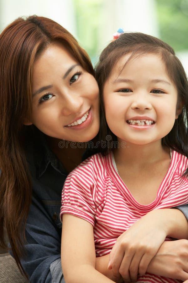 Matriz chinesa e filha que sentam-se no sofá foto de stock royalty free
