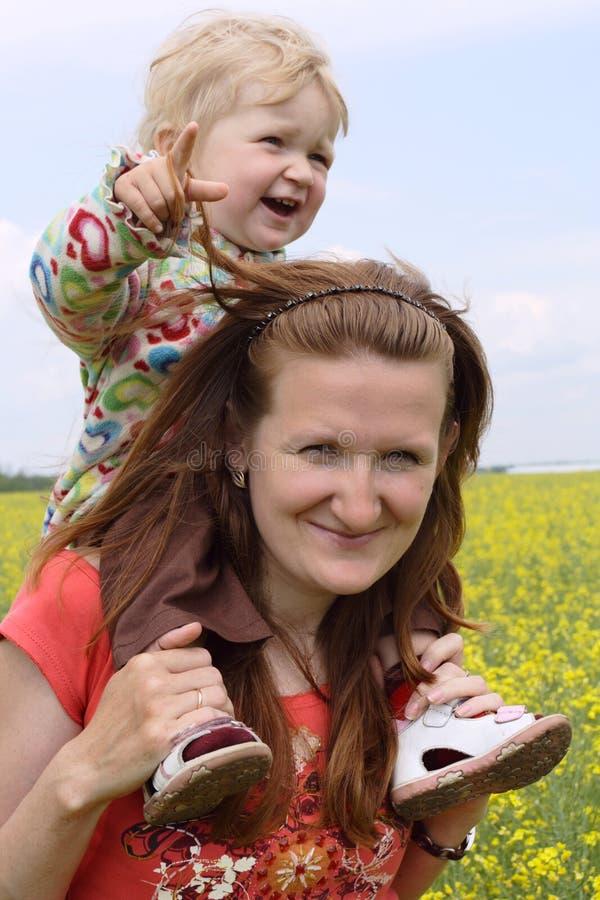 Matriz com criança em um campo amarelo imagem de stock royalty free