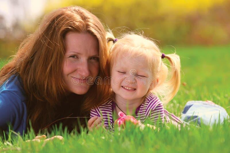 Matriz com criança em uma grama fotos de stock