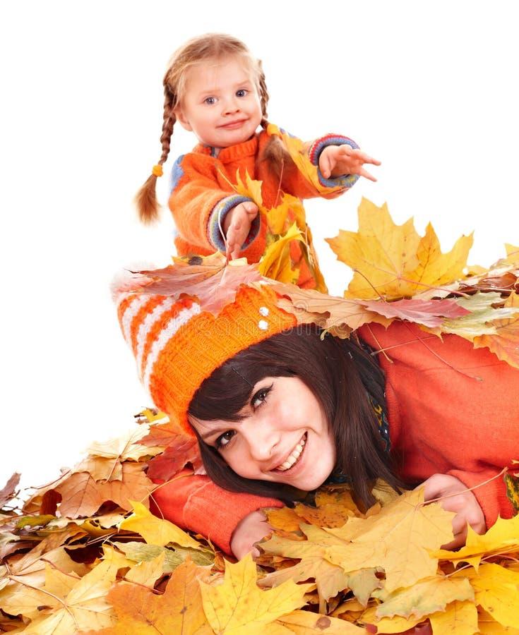 Matriz com a criança nas folhas alaranjadas do outono. fotografia de stock