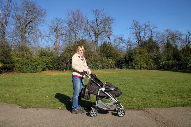 Matriz com a criança no parque fotos de stock royalty free