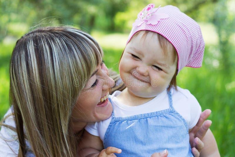 Matriz com filha ao ar livre fotografia de stock