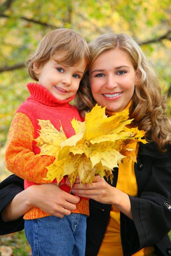 Matriz com a filha no parque do outono fotos de stock royalty free