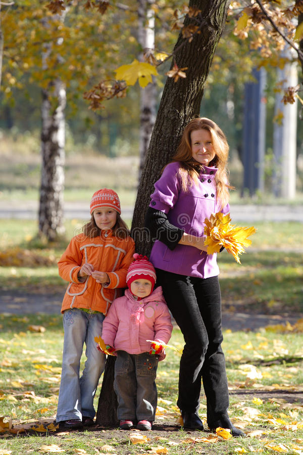 Download Matriz com filhas foto de stock. Imagem de folha, crianças - 16861688