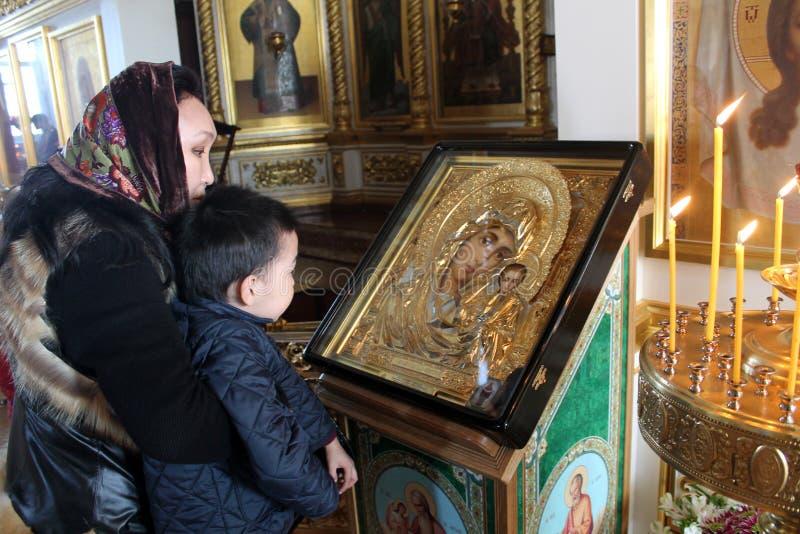 Matriz com o bebê na igreja imagem de stock