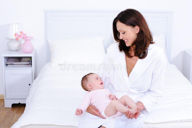 Matriz com o bebê no quarto imagens de stock