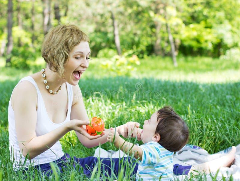 Matriz com o filho que joga no parque fotos de stock
