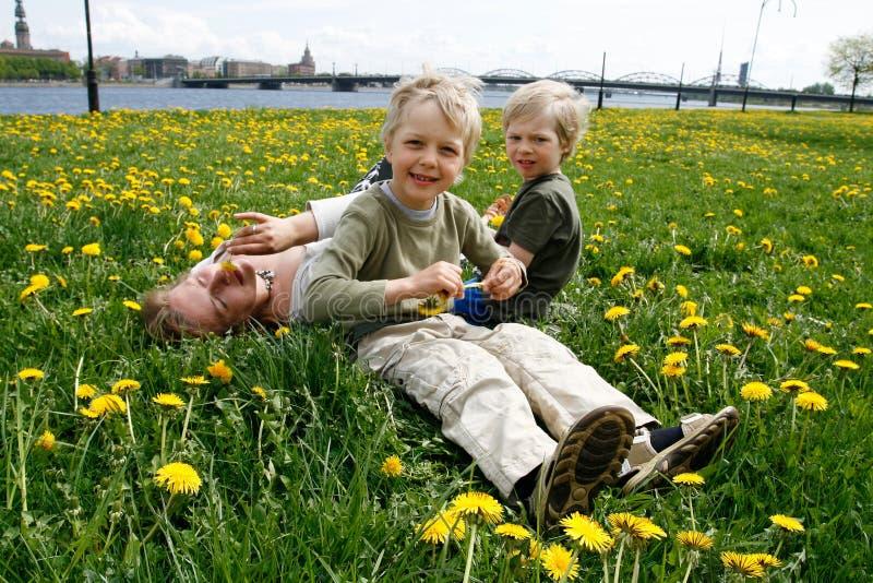Matriz com os filhos no prado imagens de stock royalty free