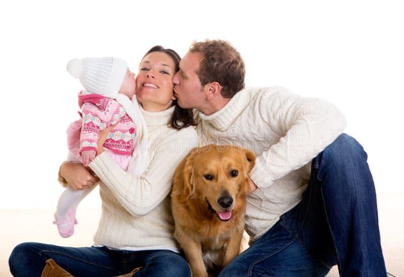 Matriz do bebé e família do pai feliz no inverno e no cão fotografia de stock