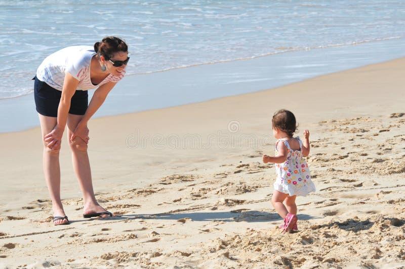 Matriz do bebê na praia fotos de stock