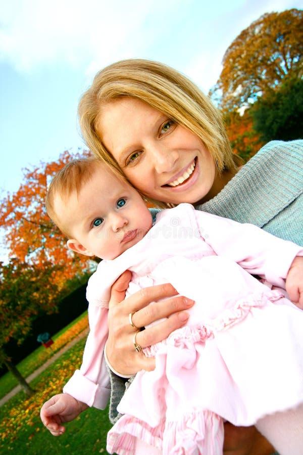 Matriz e bebê ao ar livre imagens de stock royalty free