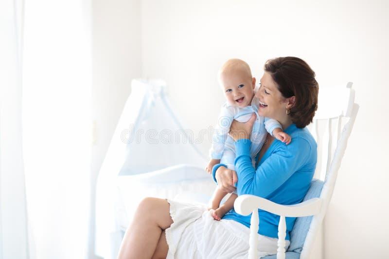 Matriz e bebê em casa Mamã e criança no quarto imagem de stock royalty free