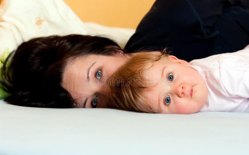 Matriz e bebê na cama imagem de stock royalty free