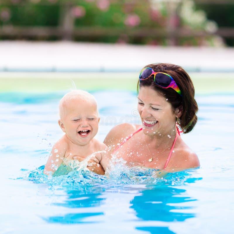 Matriz e bebê na piscina foto de stock royalty free
