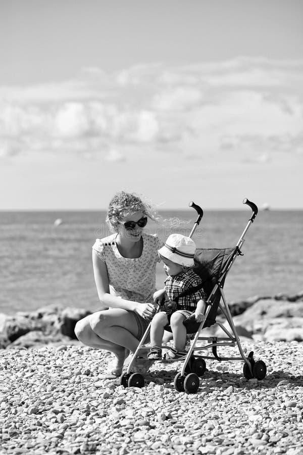 Matriz e bebê no carrinho de criança imagens de stock royalty free