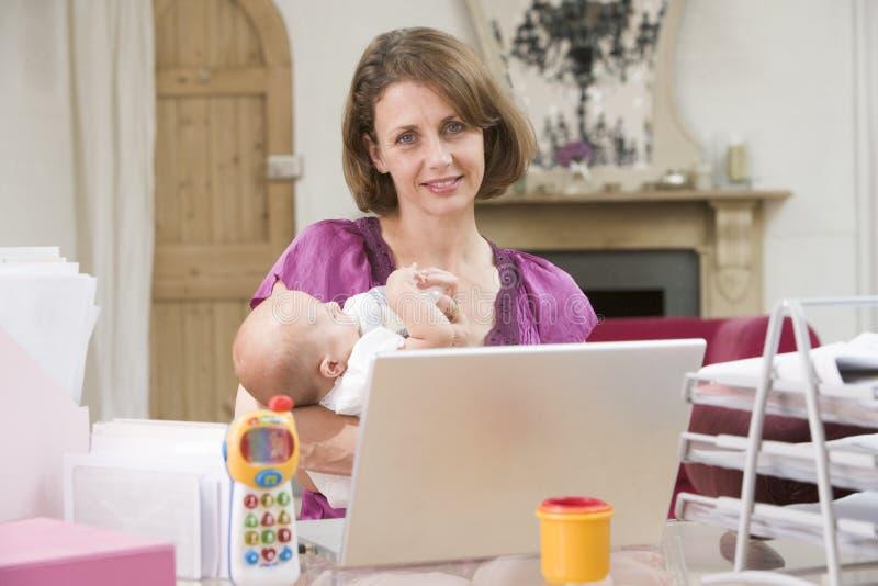 Matriz e bebê no escritório home fotos de stock