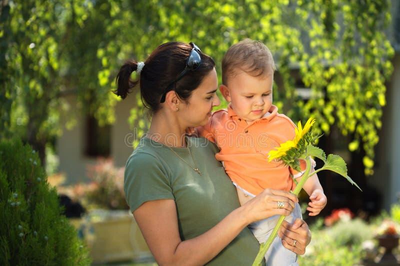 Matriz e bebê no verão fotografia de stock
