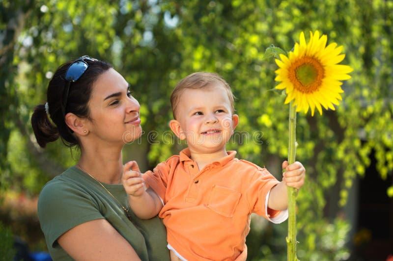 Matriz e bebê no verão fotos de stock