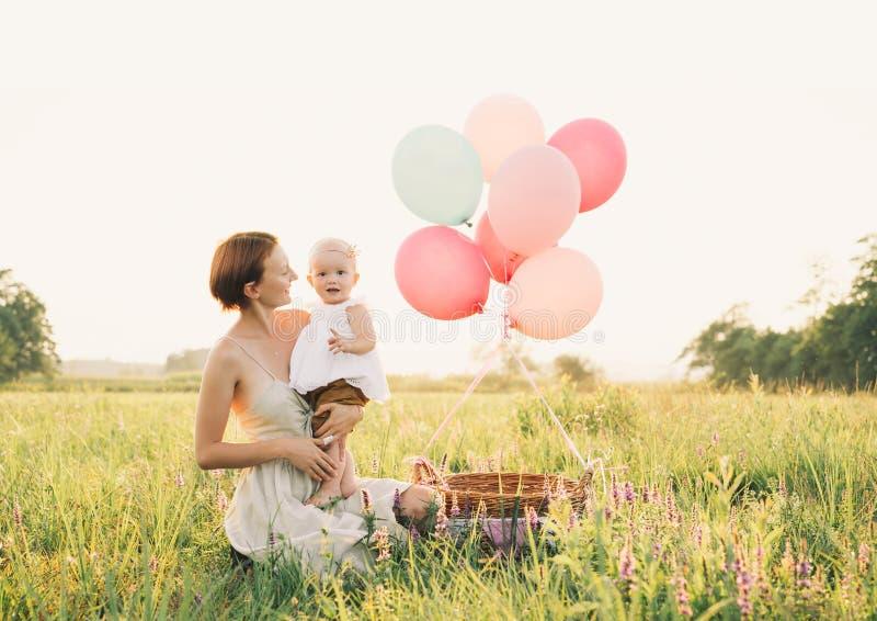 Matriz e beb? ao ar livre Fam?lia na natureza fotos de stock royalty free