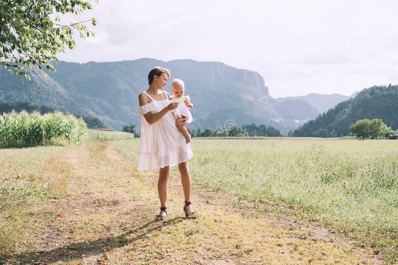 Matriz e beb? ao ar livre Fam?lia na natureza foto de stock royalty free