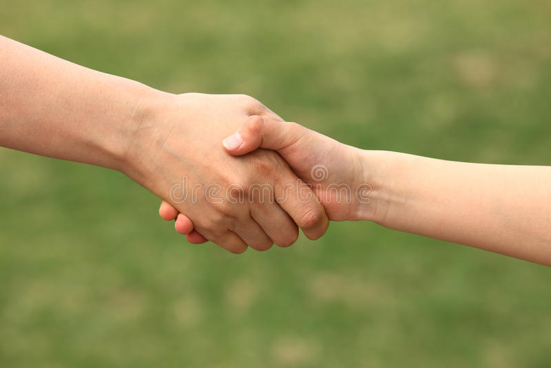 A matriz e a criança agitam as mãos fotografia de stock royalty free