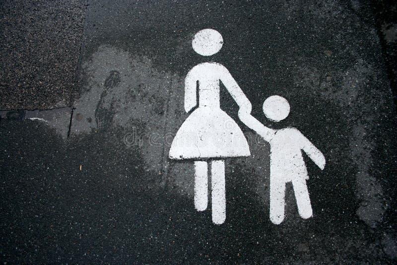 A matriz e a criança assinam a terra arrendada fotos de stock royalty free