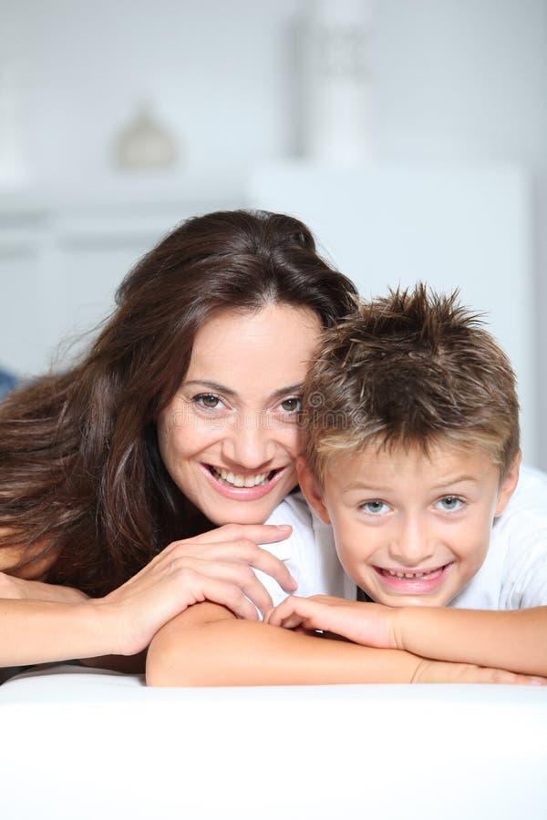 Matriz e criança felizes imagem de stock